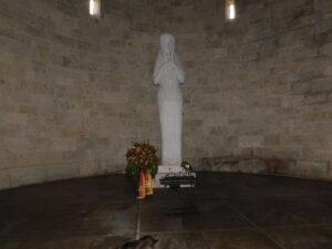 Madonna aus Marmor in Krypta