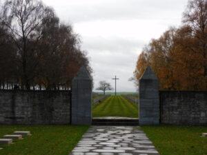 Eingang zum Soldatenfriedhof Bourbon