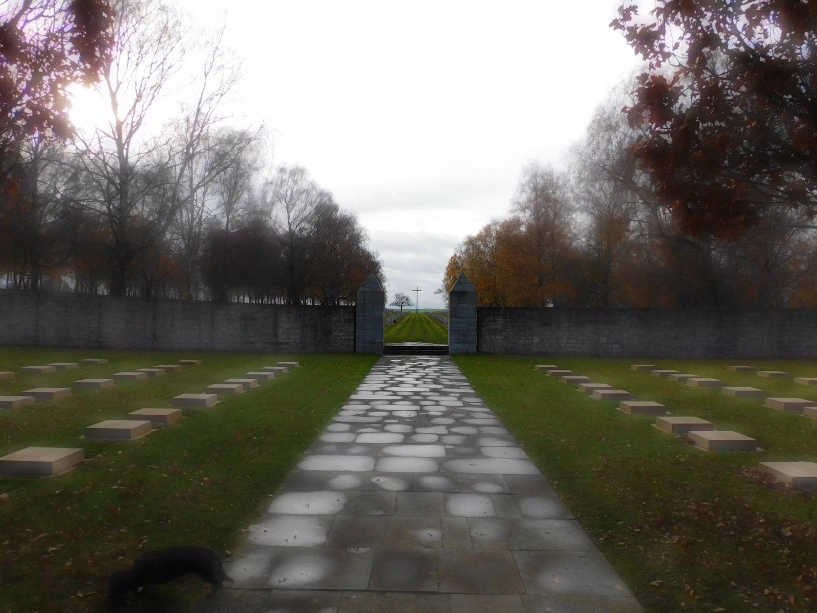 Der Eingang zum Soldatenfriedhof Bourbon