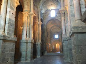 Das innere des Kirchenschiffes mit 2 Seitenschiffen. Unter dem Altar befand sich die Grube mit den Reliquien
