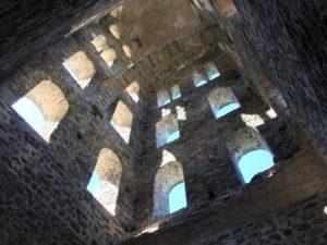 Im Inneren des Turmes sollen die Gemächer der Mönche gewesen sein