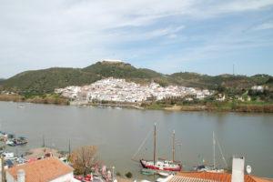 Das gegenüberliegende spanische Dorf Sanlucar mit seiner darüber liegenden Festung