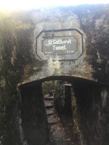"""Ein Schützengraben auf dem HWK. Er geht durch einen Tunnel der beschriftet ist mit """"St. Gotthardt Tunnel""""."""