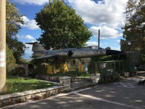 ausgemusterter Starfighter im kleinen griechischen Bergdorf
