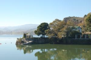 Auf einer Landzunge steht am Wasserrand das malerische Haus des Grafen von Guadalhorce
