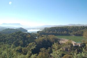 Die beiden Stauseen umgeben von Pinienwäldern