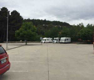 Drei Wohnmobile stehen nebeneinander auf dem ruhigen und schönen Stellplatz der spanischen Gemeinde La Alberca in der Provinz Kastillien und Leòn. Links im Bild ist sehr schwach die Wasserversorgungsstation für Reisemobile erkennbar.
