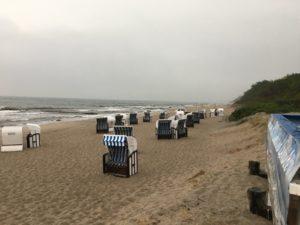 Strandkörbe am verregneten Strand der Ostsee bei Kühlungsborn