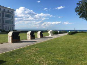 Strandkörbe, die im Hotelgarten stehen