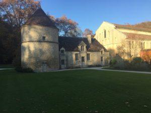 links ist ein rundes mittelalterliches Gebäude an ein rechteckiges Angebaut. Lt. Erklärung heisst es Taubenhaus.