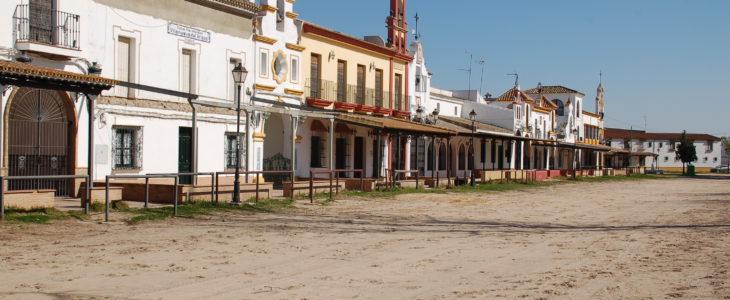 Zwei Gebäude wie aus einem Western der in Mexico spielt