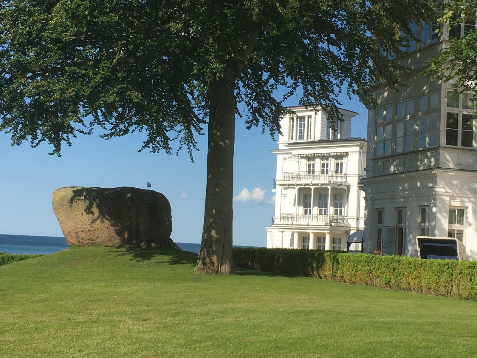 Blick vorbei am Grand Hotel Heiligendamm auf die Ostsee