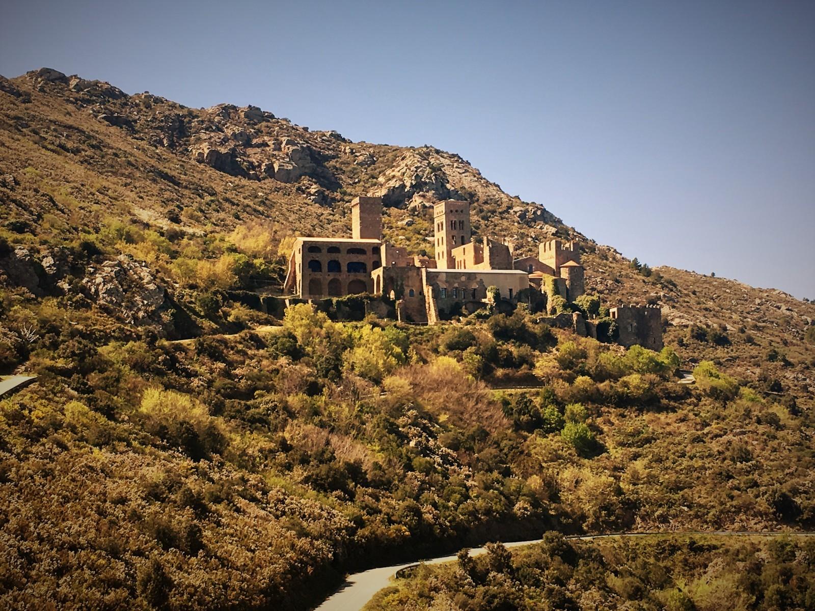 Das ehemalige Benediktinerkloster Sant Pere de Rodes knapp unter dem Gipfel des 500 Meter Berges in der Serra de Rodes