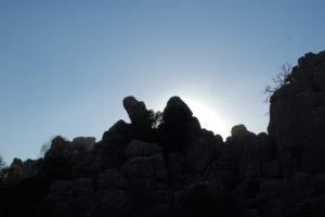 2 Felsen in der untergehenden Sonne