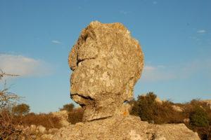 ein Kalksteinfelsen, der aussieht, wie ein menschlicher Kopf
