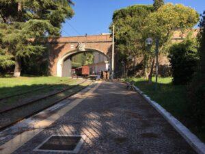 Der streng bewachte eigene Bahnhof des Vatikan