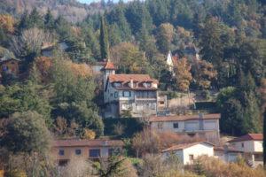 prächtige Villa am Stadtrand von Vilarau. Das Haus hat einen Turm und ist vermutlich aus den 30er Jahren des letzten Jahrhunderts.