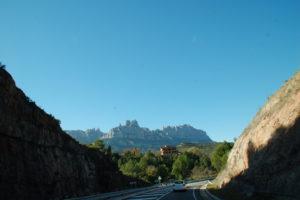 Beim Fahren vom Auto aus fotografiert: Blick auf den Montserrat