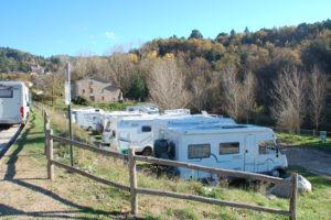 Auf einmal wird der Stellplatz am Wochenende so voll, dass einige ihren Camper außerhalb an der Straße geparkt haben.